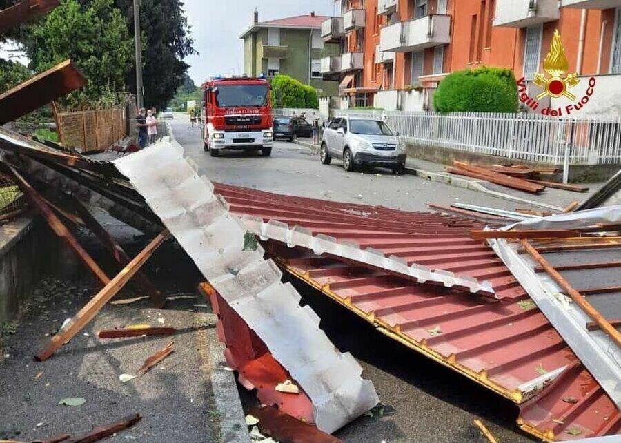 Порывами ветра сносило крыши домов