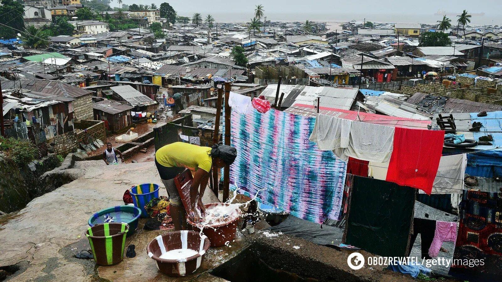 Жителям трущоб на окраине Фритауна в Сьерра-Леоне приходится полагаться на дрова для получения света и тепла
