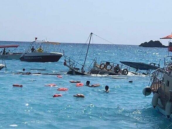 Прогулянковий катер у Єгипті почав тонути за 50 м від берега
