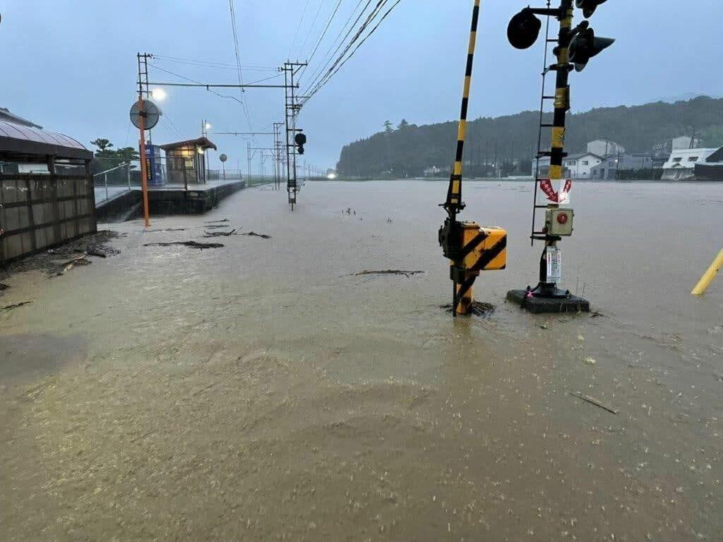 Японию затопило после ливня.