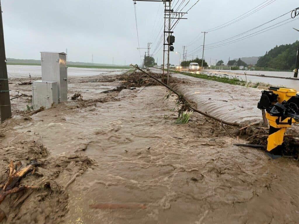 Вода размыла дороги.