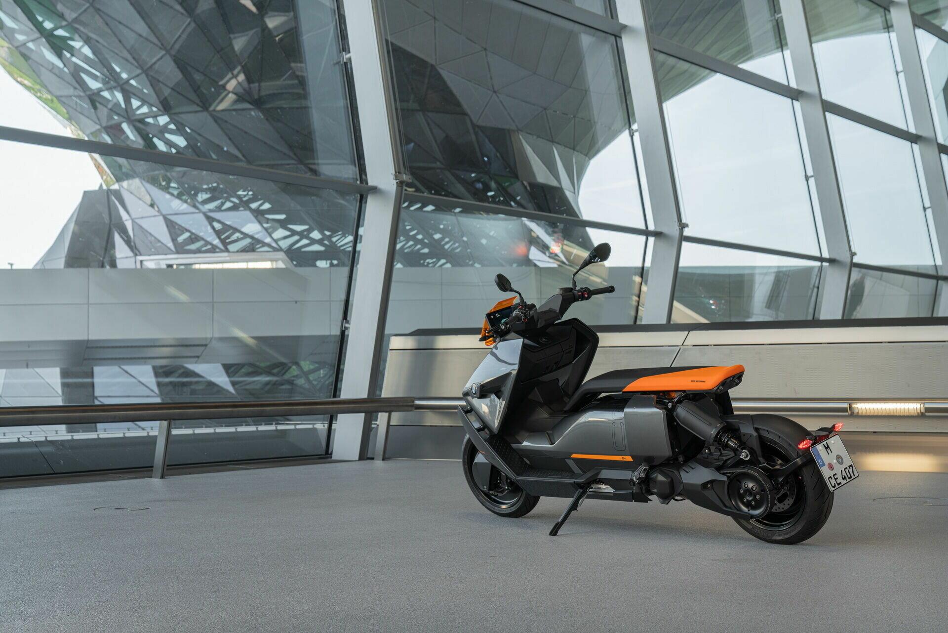 Для зручності маневрування скутер може рухатися заднім ходом