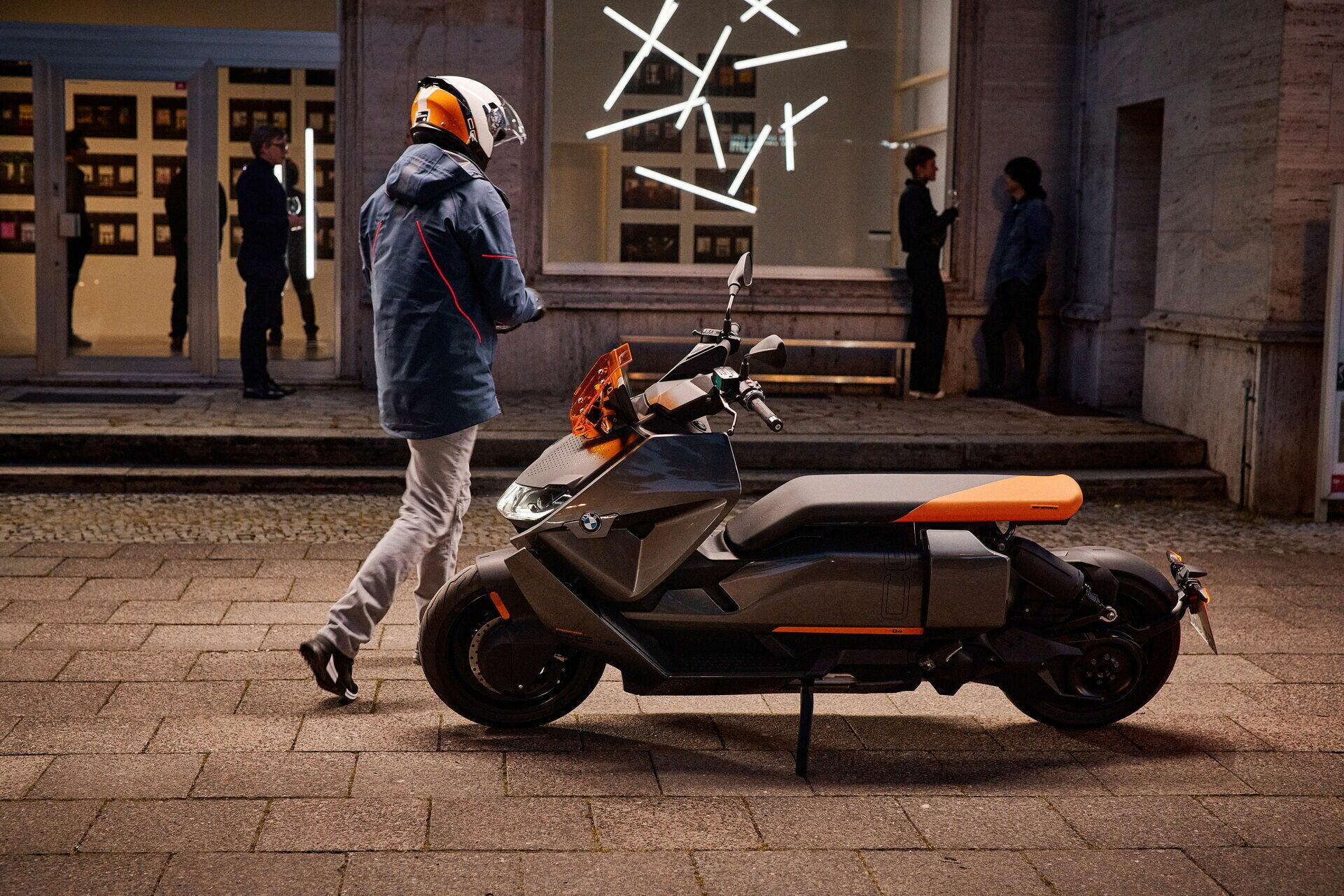 Скутер має 15-дюймові легкосплавні колісні диски і колісну базу один тисяча шістсот сімдесят шість мм