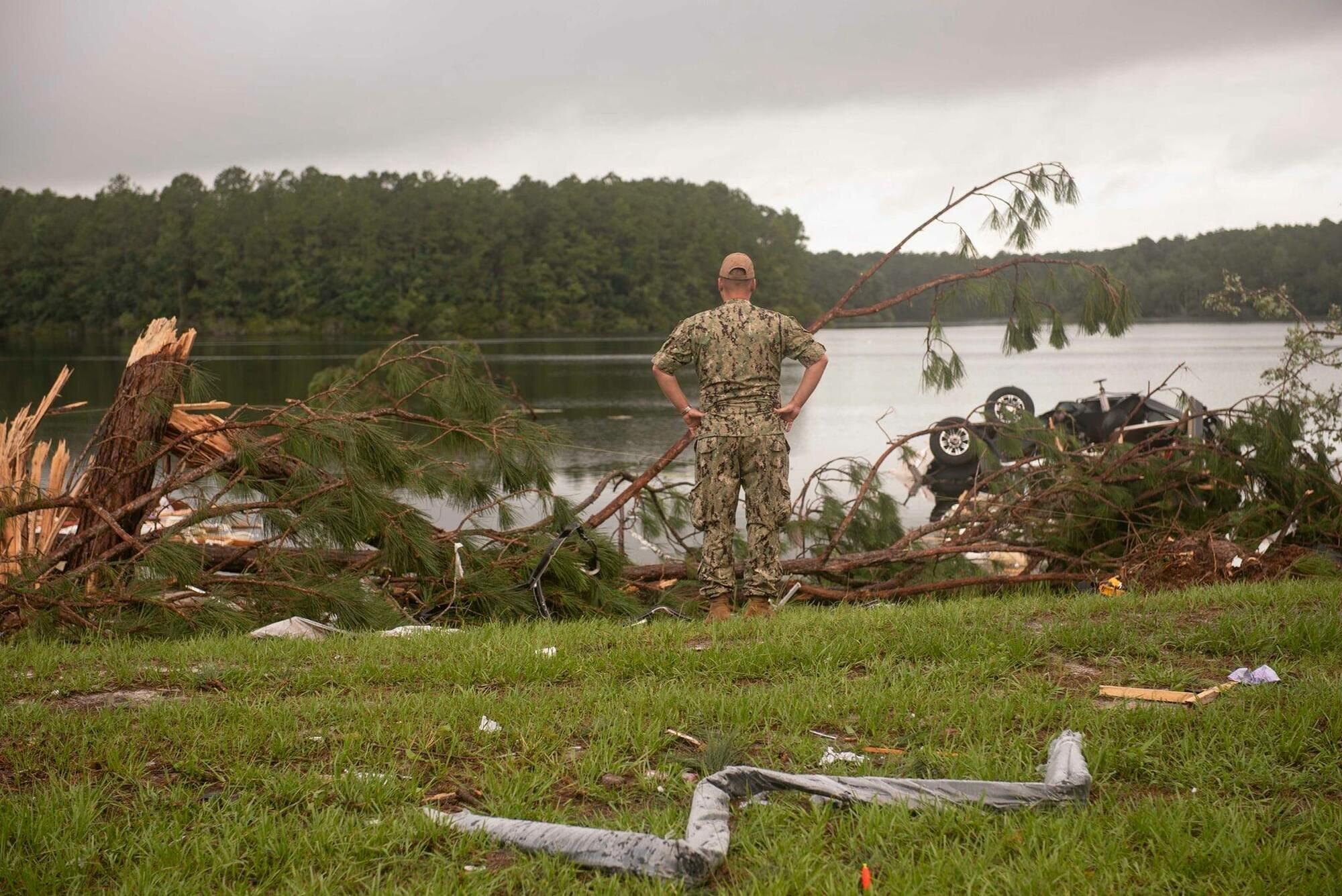 Торнадо накрыл базу подводных лодок ВМС США и городок домов на колесах возле нее