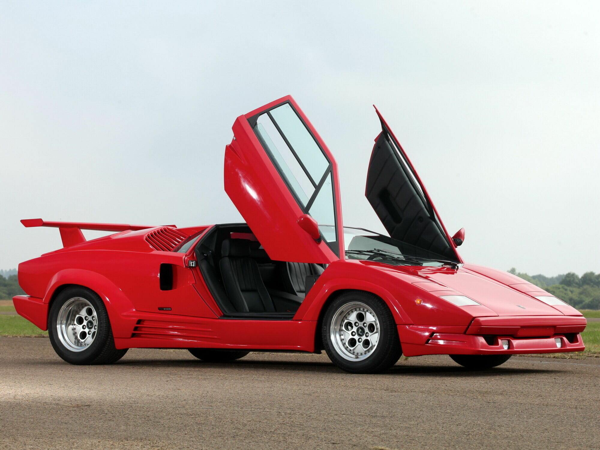 """Производство Lamborghini Countach прекратили в 1990 году. На фото юбилейная версия """"25 Anniversary"""" с опционным задним антикрылом"""