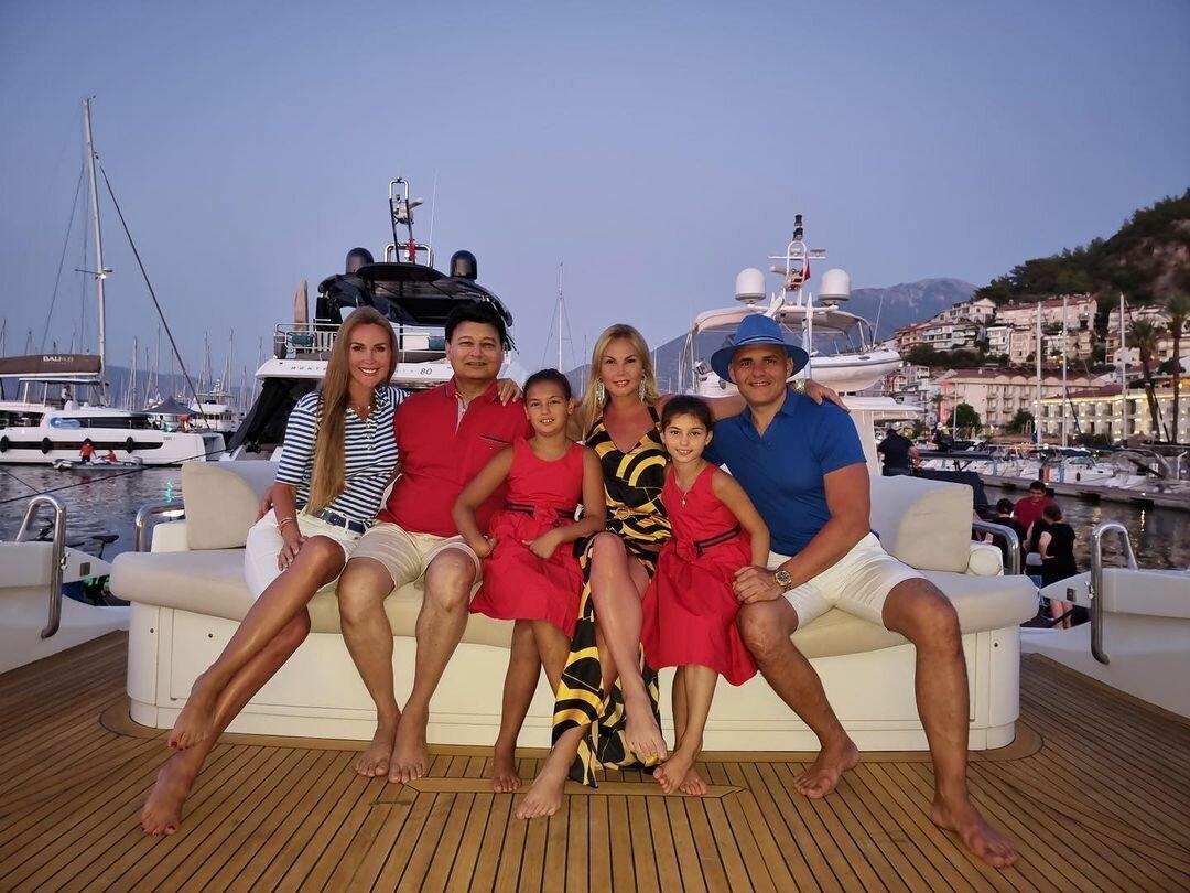 Камалия и ее семья на отдыхе в Турции.