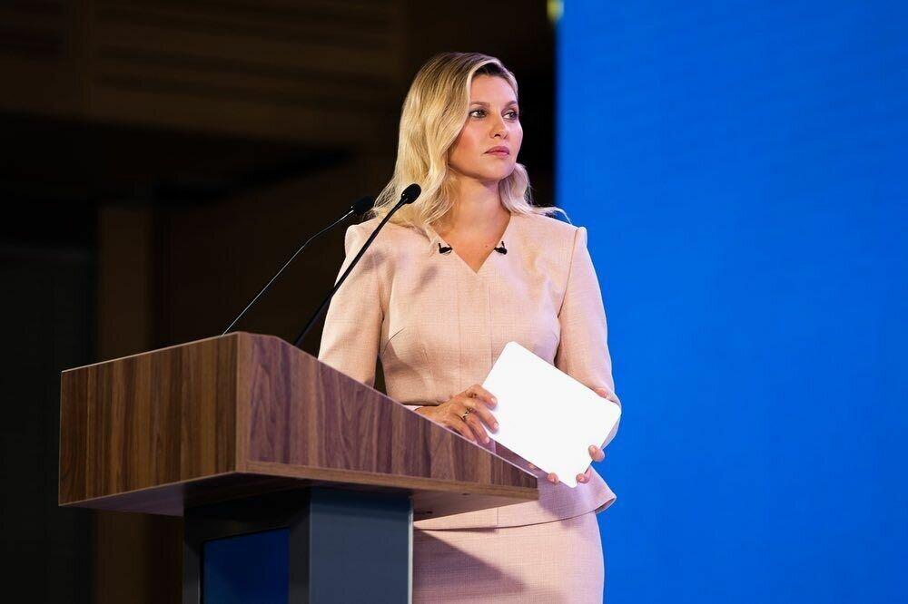 Елена Зеленская показала стильный образ на встрече