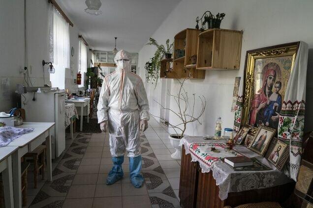 Медик в лікарні Почаєва