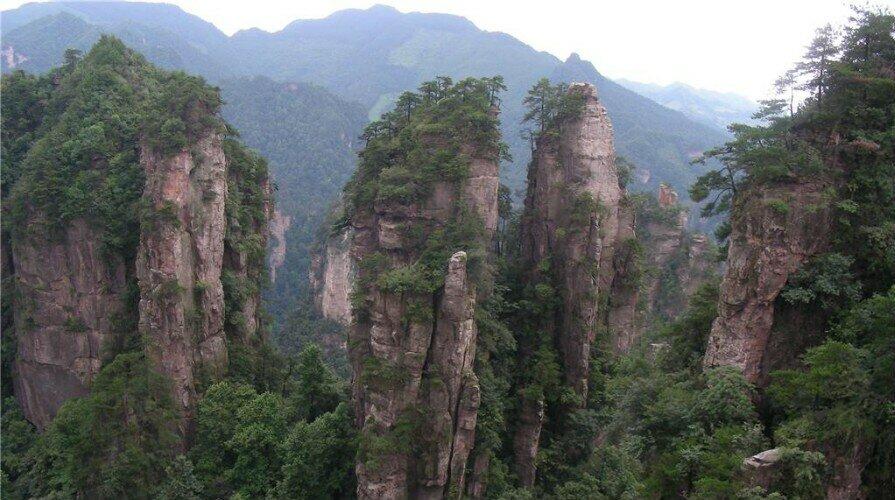 Деревня желтого камня в национальном лесном парке чжанцзяцзе