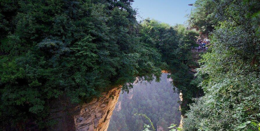 Первый мост под небом в национальном лесопарке чжанцзяцзе