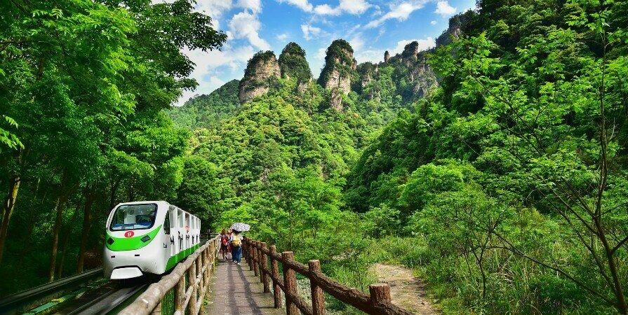 Мини-поезд Галерея Тен-Ли в национальном лесопарке чжанцзяцзе