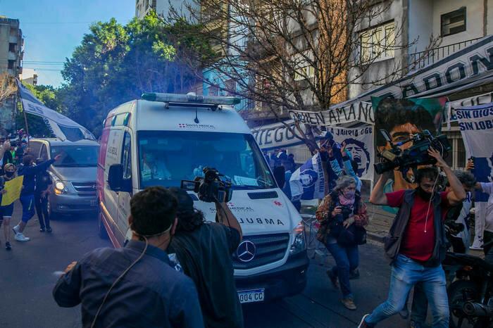 Диего Марадону везут в машине скорой помощи на операцию