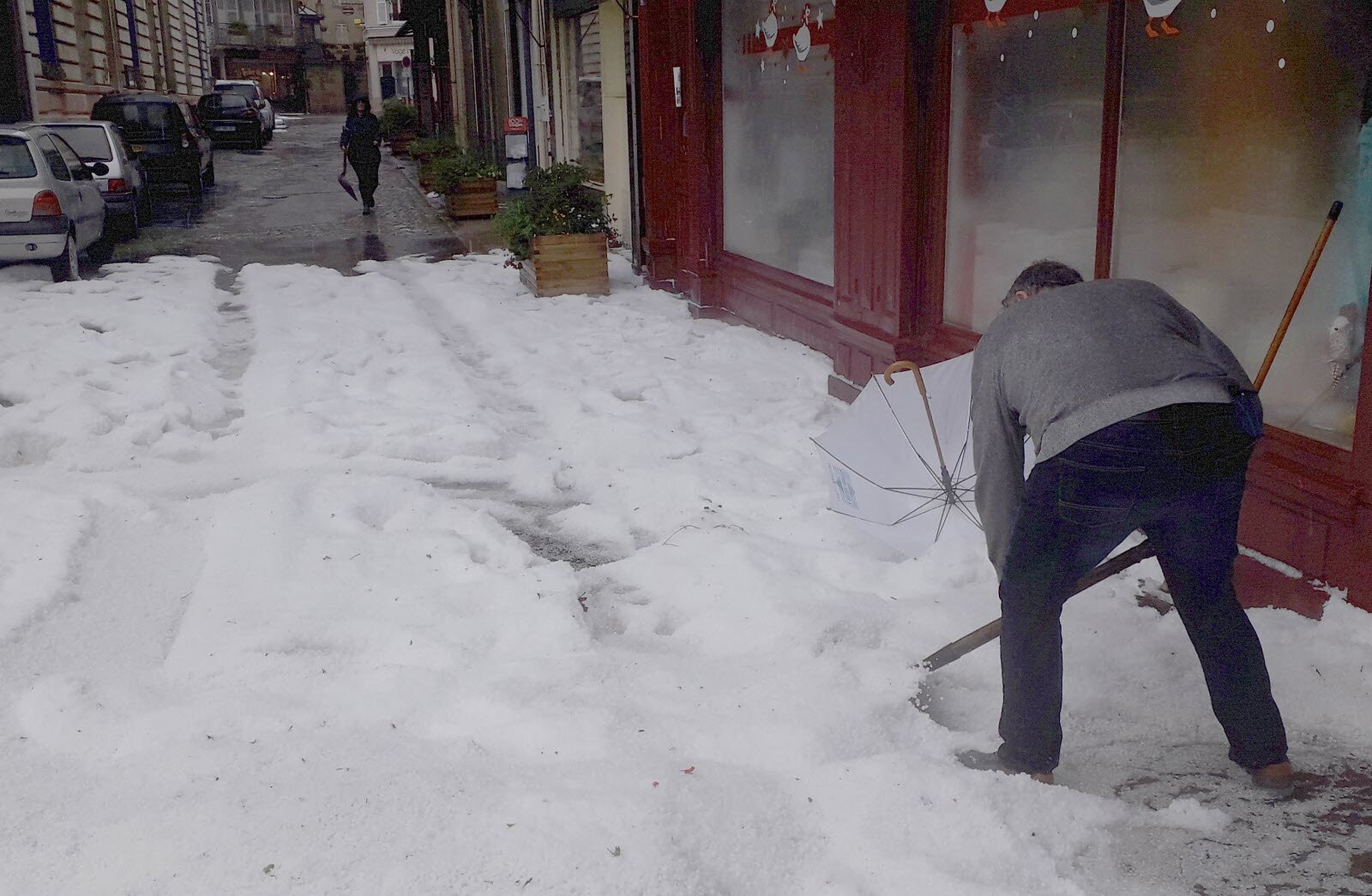 ВоФранции несколько населенных пунктов засыпало градом (ФОТО)