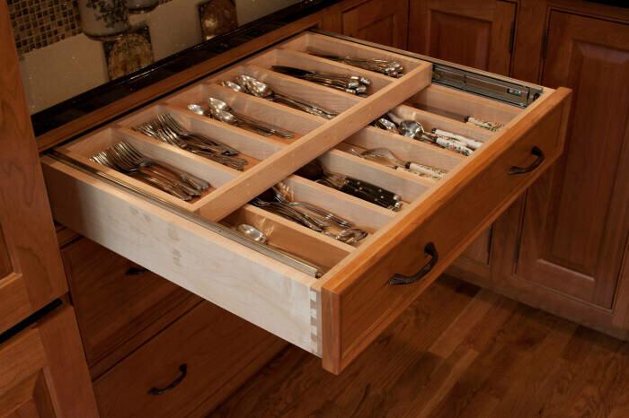 Очень удобное решение для хранения столовых приборов и других мелочей. /Фото: st.hzcdn.com