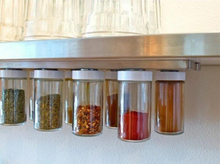 Магнитные ленты для специй или ножей значительно экономят пространство на кухне. /Фото: zenideen.com