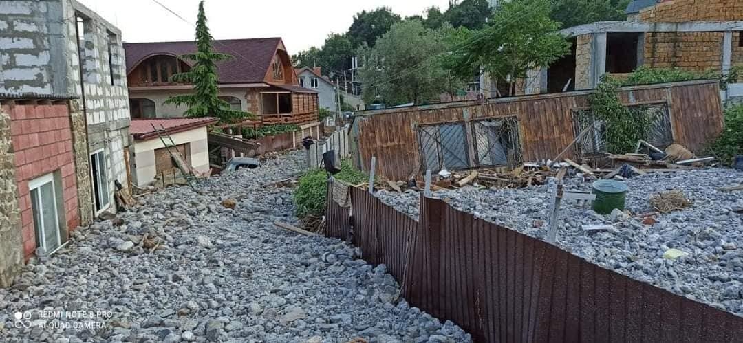"Поселок под Ялтой ""затопило"" камнями и мусором (фото)"