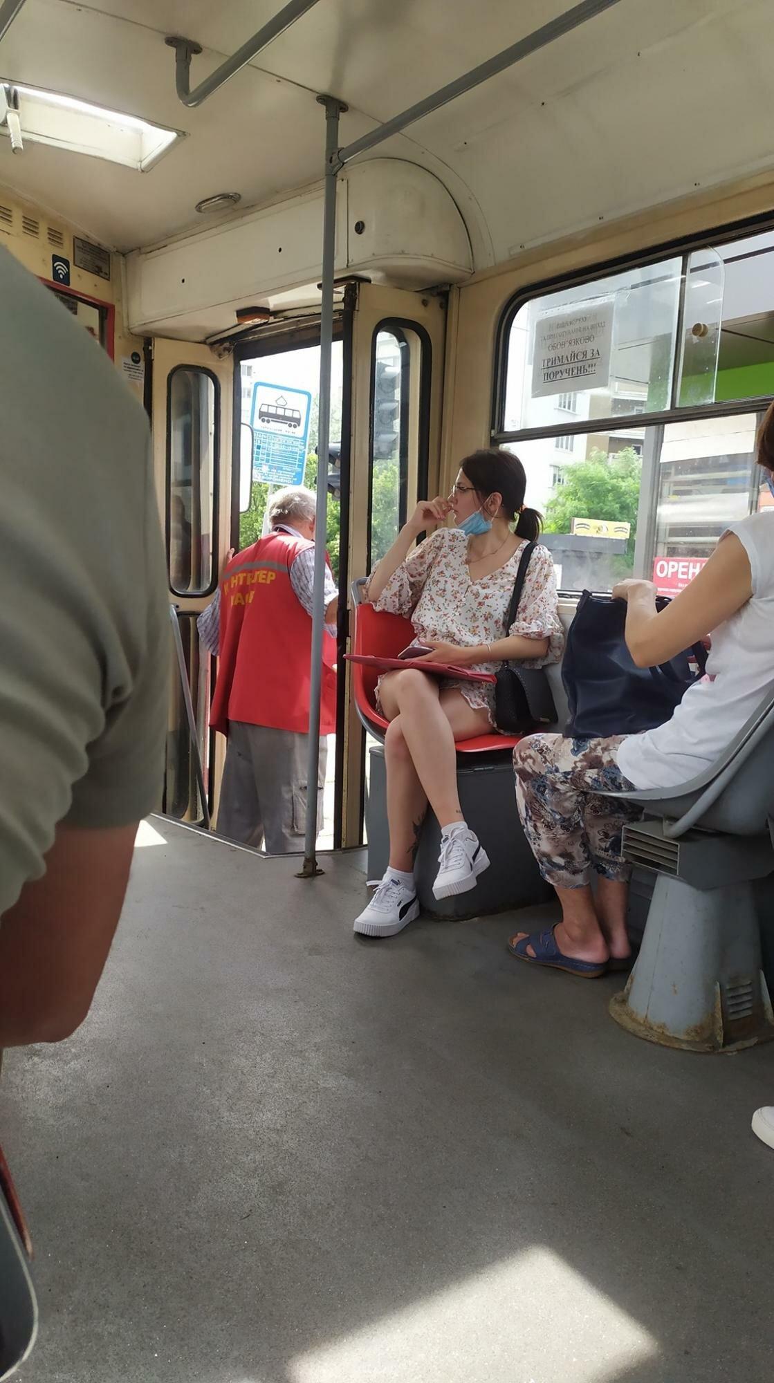 В Киеве водитель трамвая лишился чувств прямо во время движения: в кабине было +47