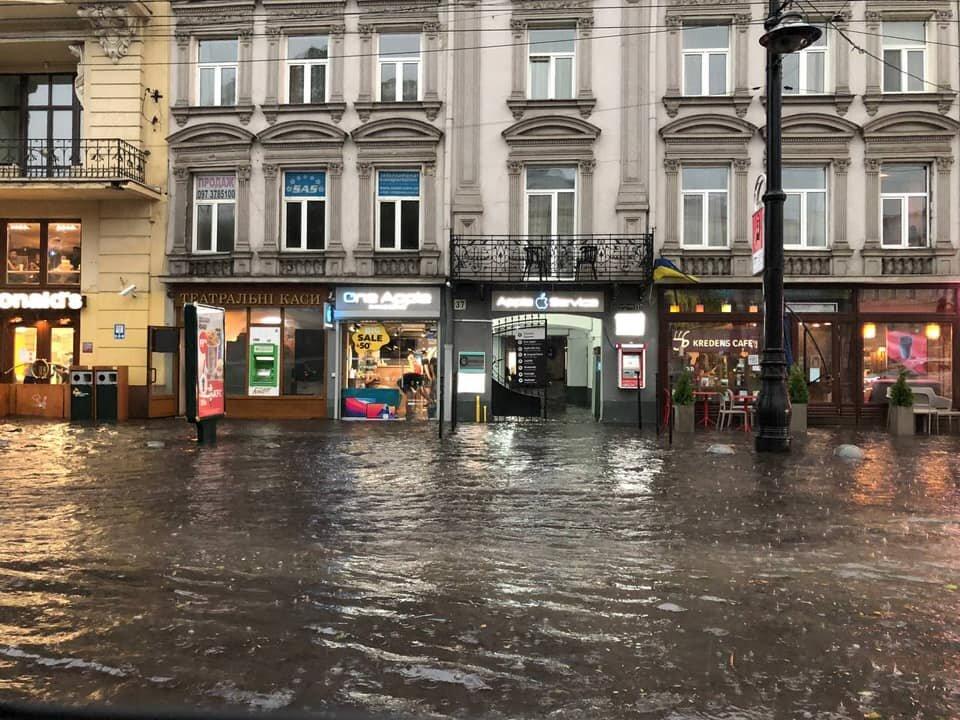 Ураган с мощным ливнем и градом снова накрыл Львов: видео и фото буйства стихии