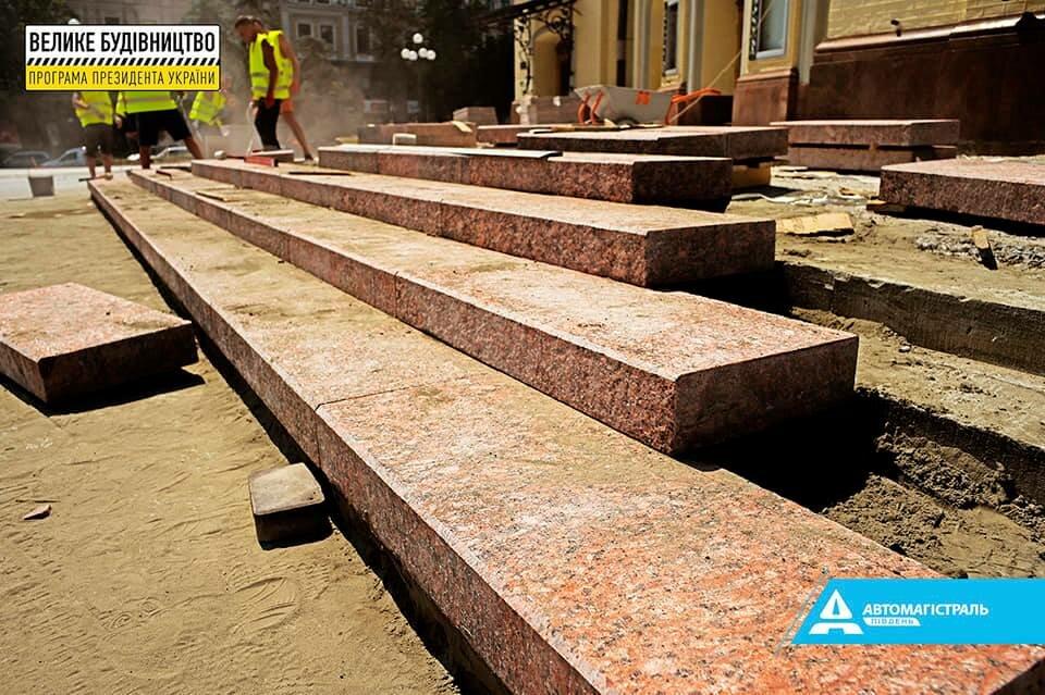 В Киеве ко Дню независимости планируют восстановить фасад оперы и площадь возле нее
