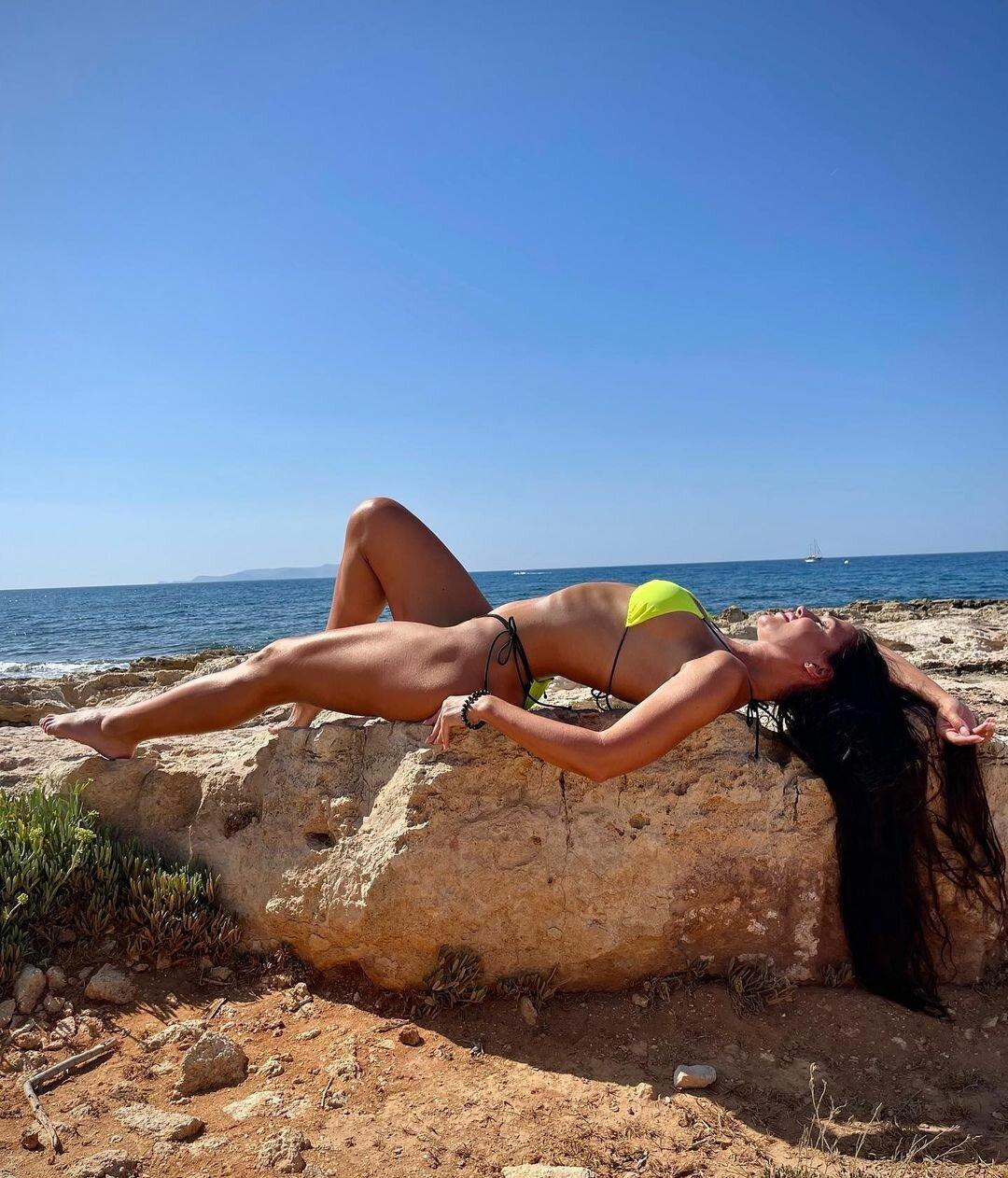 Ни капли фотошопа: жена Влада Ямы похвасталась идеальной фигурой в бикини
