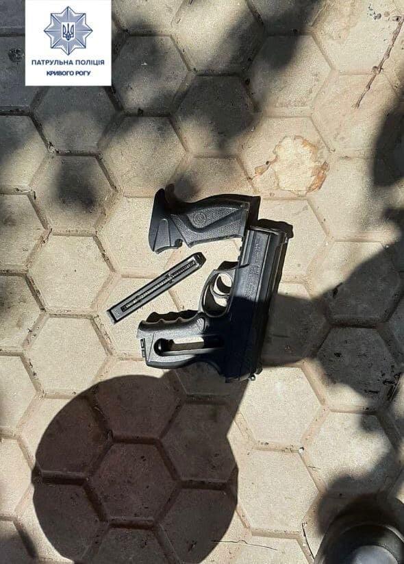 В Кривом Роге мужчина на детской площадке угрожал детям оружием (фото)