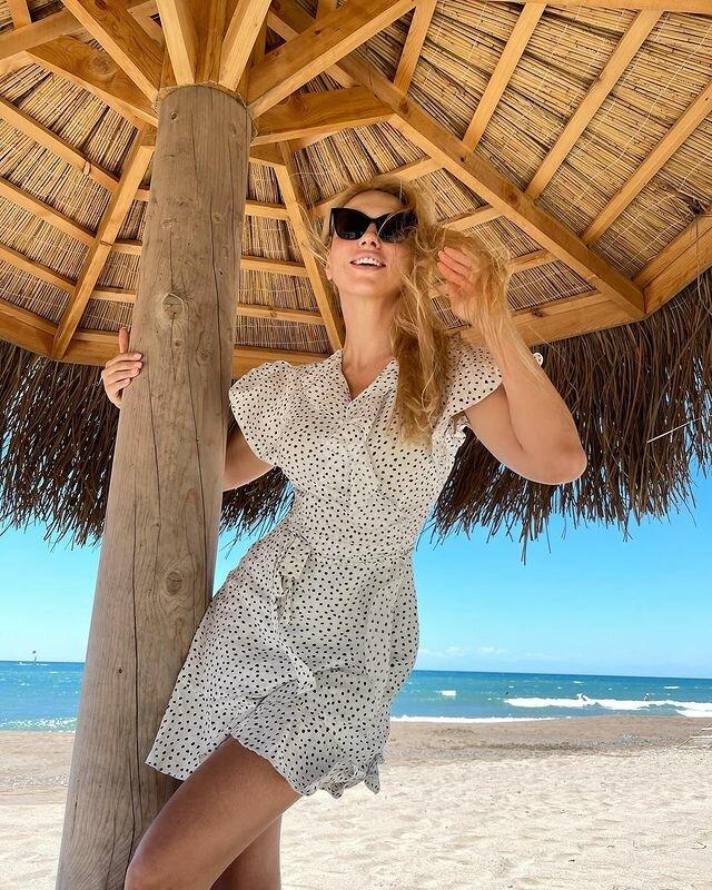 "Полякова в легком мини восхитила стройными формами на берегу: ""фигурка - супер"""