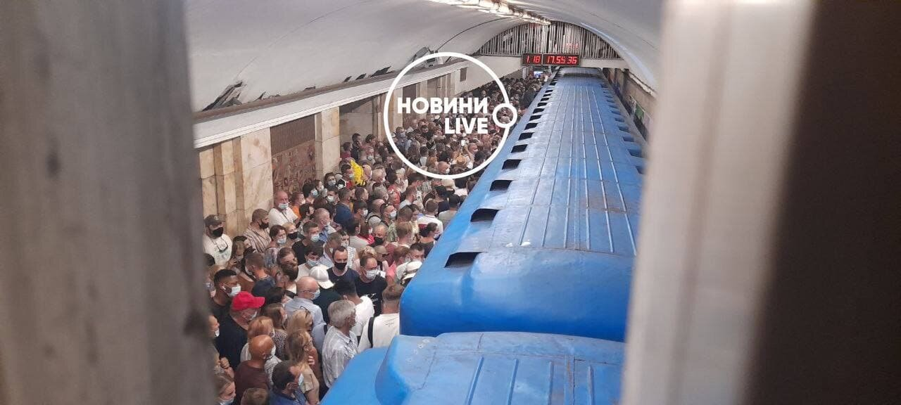 ЧП в метро Киева: поезда остановились, на станциях давка (фото)