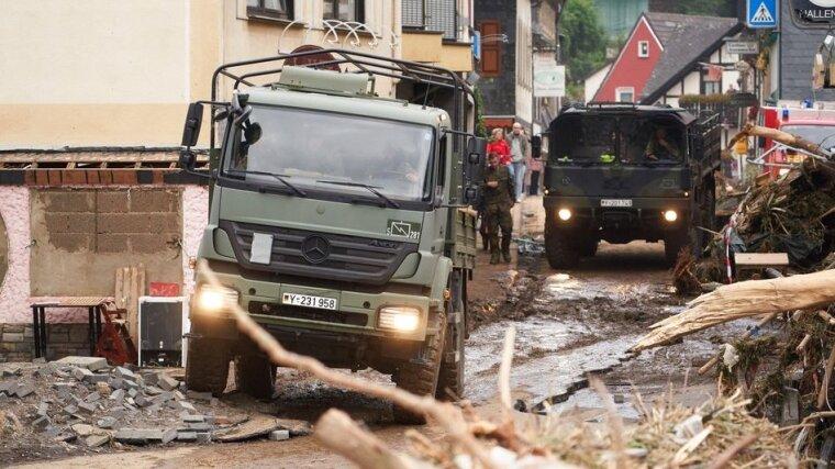 Машины бундесвера прибывают в Альтенар для поддержки спасательных служб/dpa