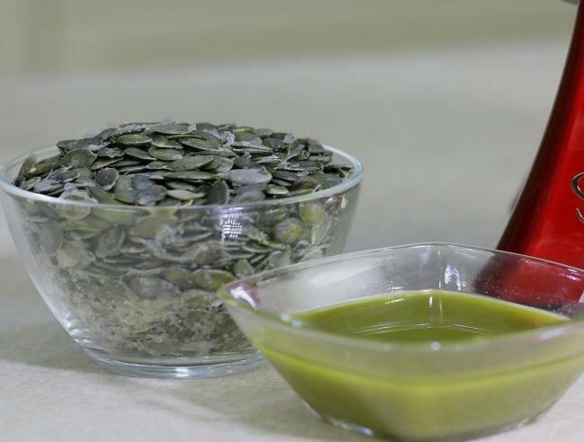 очищенные тыквенные семечки и жидкость в миске