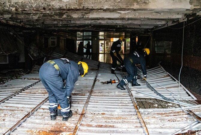 В подземном переходе на Майдане Незалежности  устал  потолок
