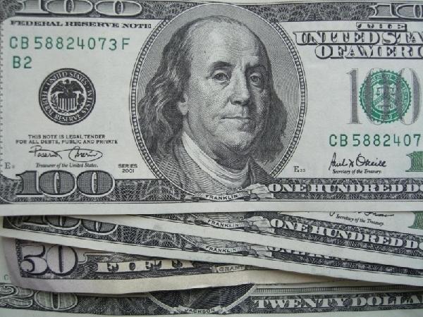 Стоимость доллара на аукционе движется вниз