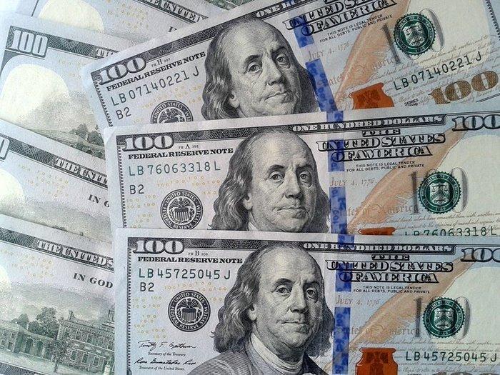 Нацбанк удерживает доллар от обвала