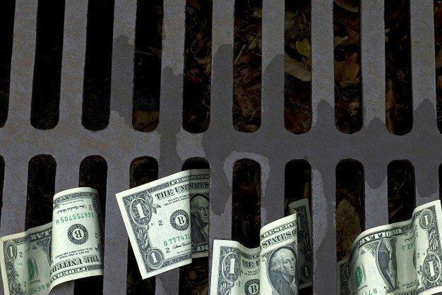 Нацбанк продолжает удерживать доллар от падения