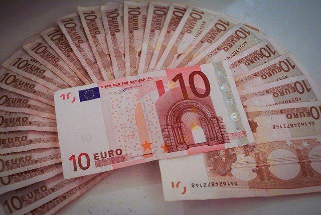 Евро стремительно падает