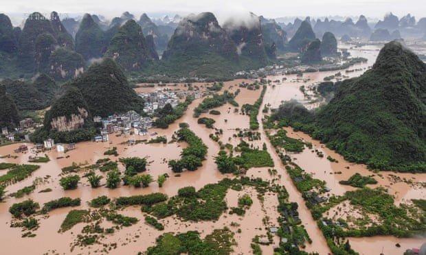 Наводнения в Китае: люди покидают свои дома