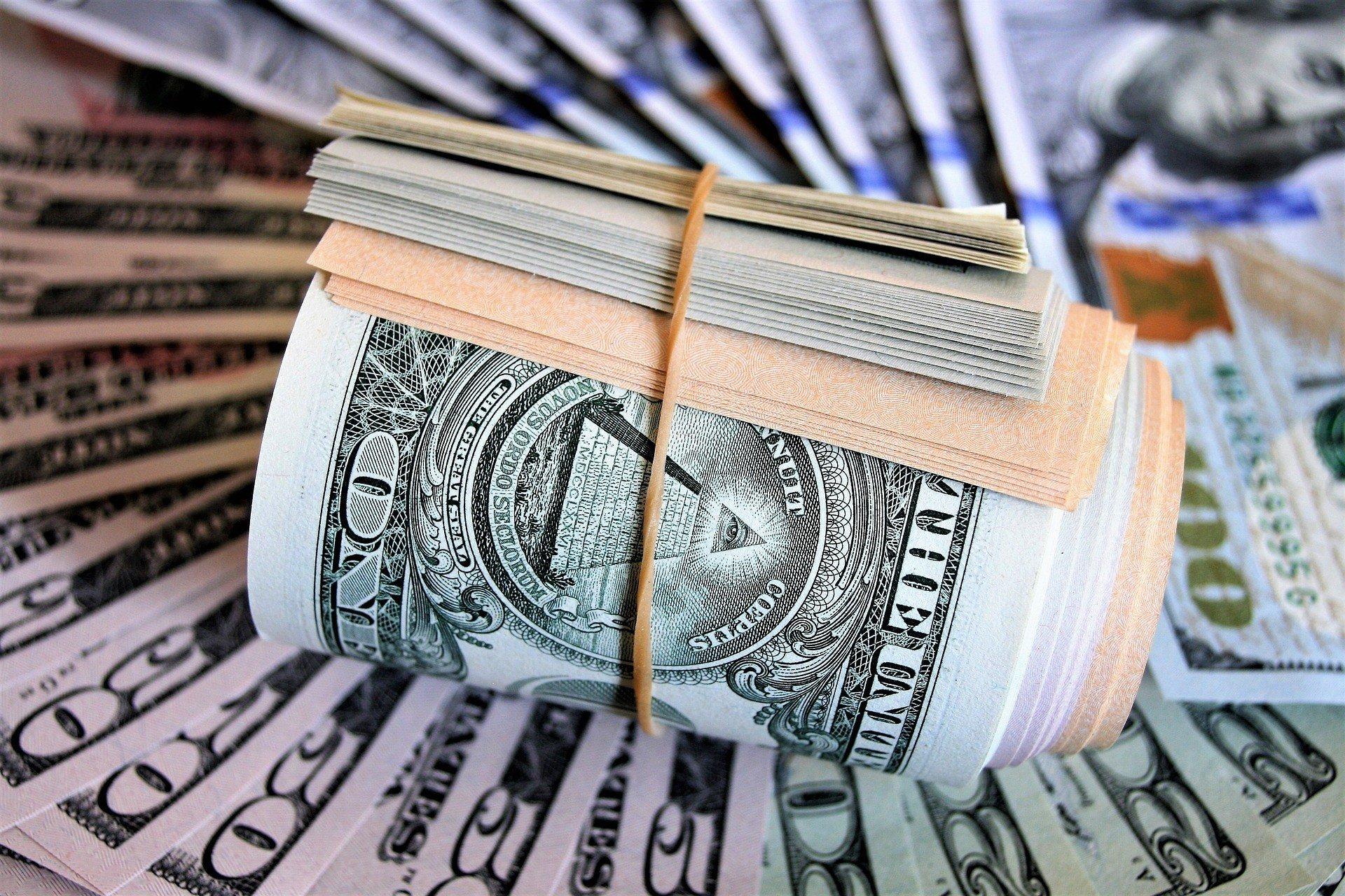 Межбанк: доллар отреагировал на позитивные новости