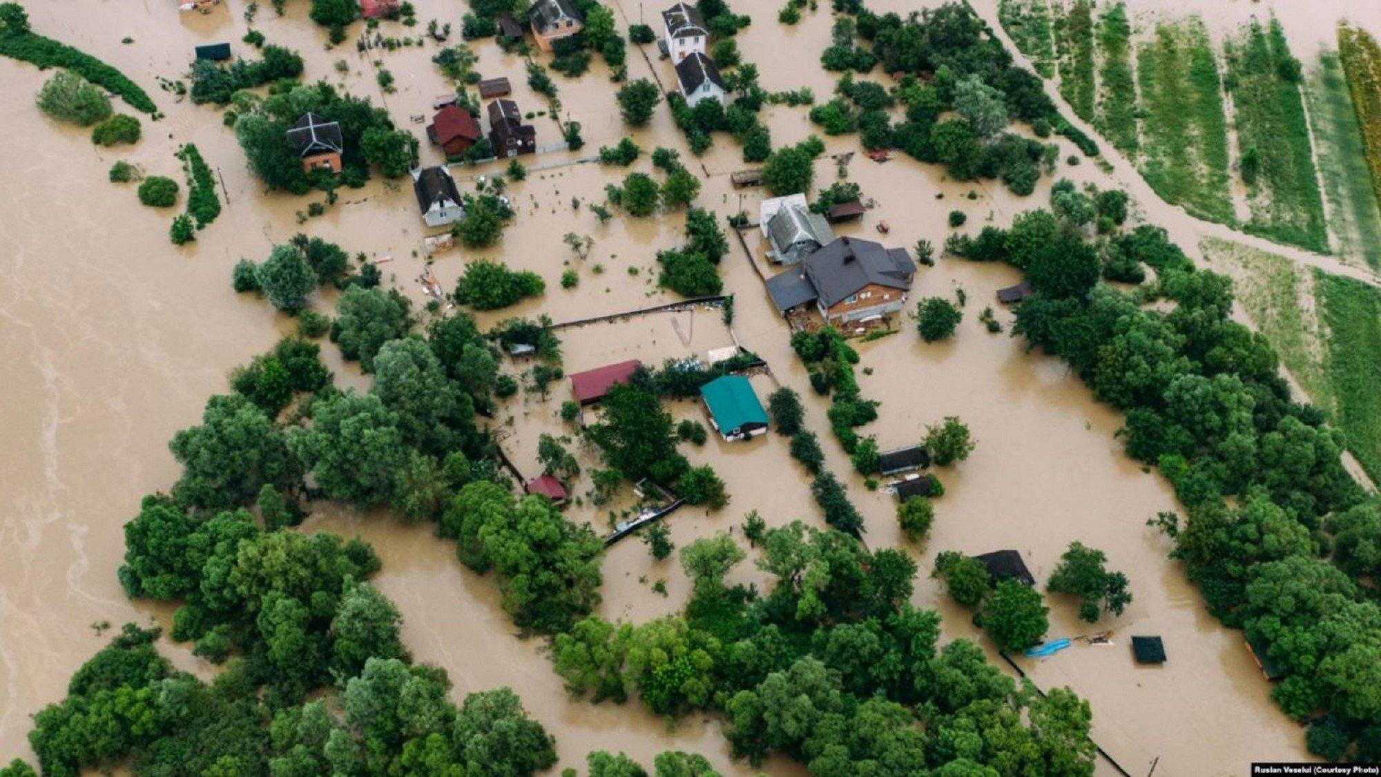 Угроза наводнения сохраняется в нескольких регионах