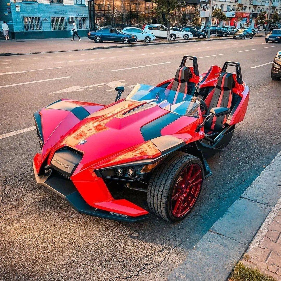 В Украине заметили странный трехколесный автомобиль