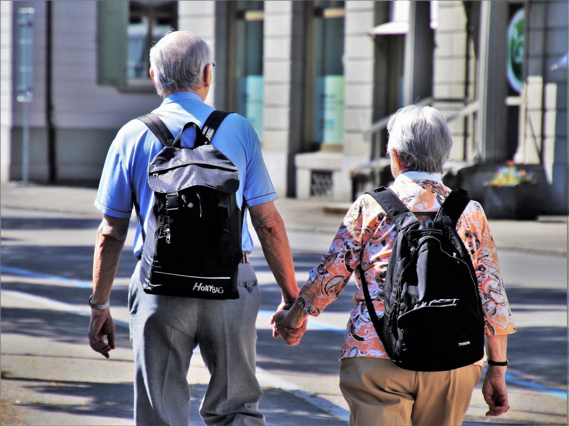 Пенсионерам выдадут памперсы и кнопку безопасности