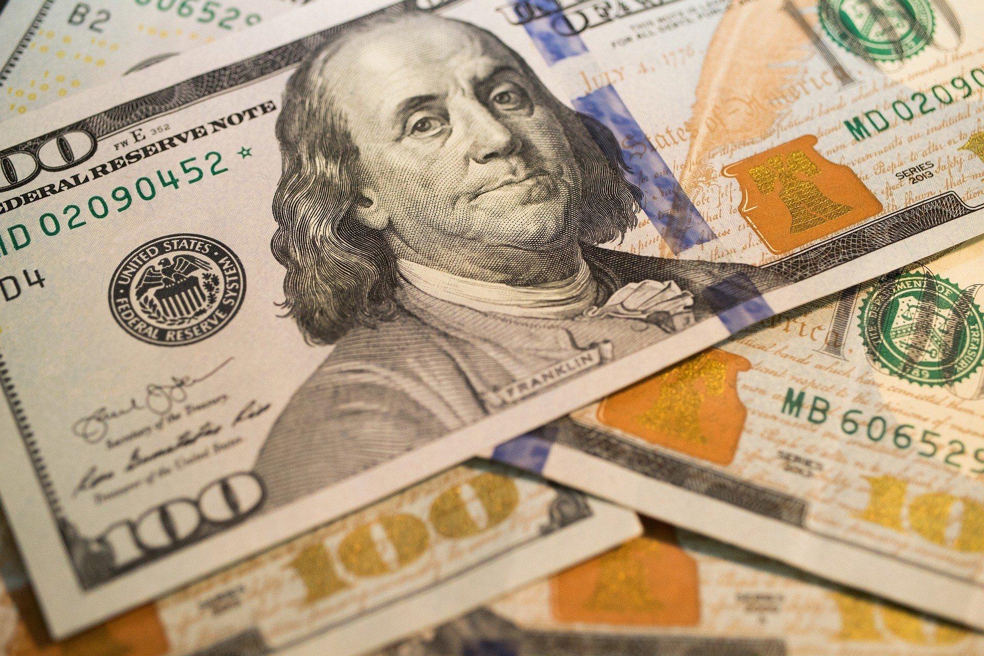 Нацбанк сдерживает рост курса доллара