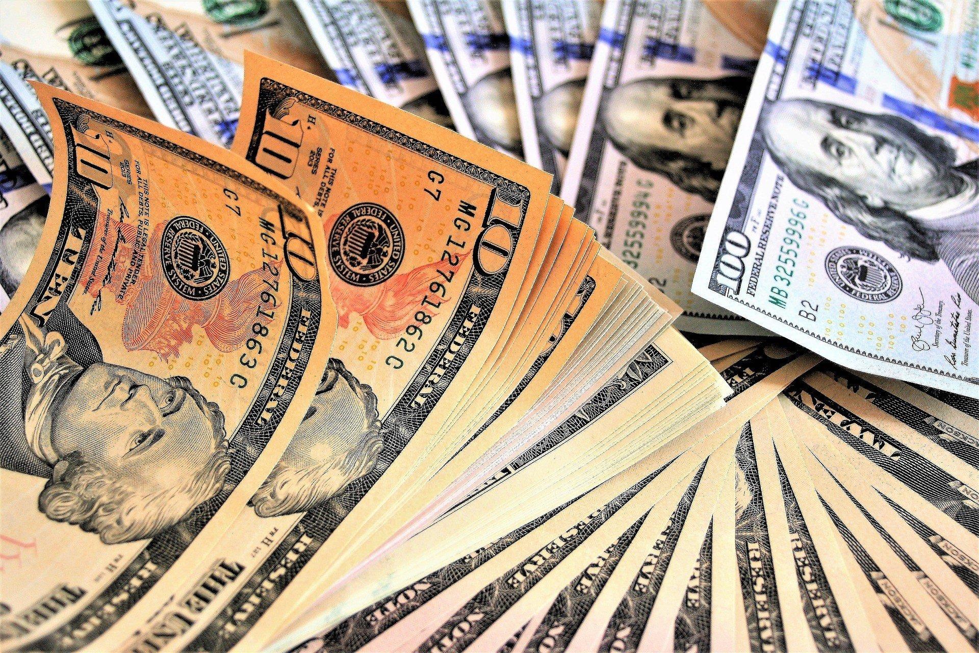 Нацбанк не жалеет резервов для удержания доллара