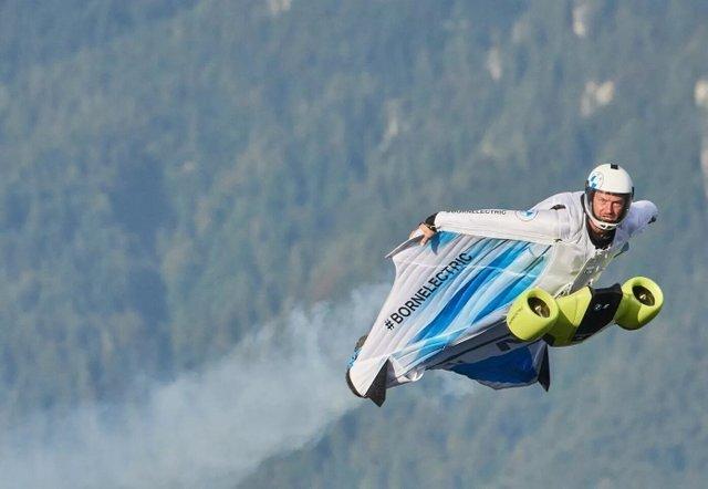 BMW показала первый в мире летающий костюм с мотором