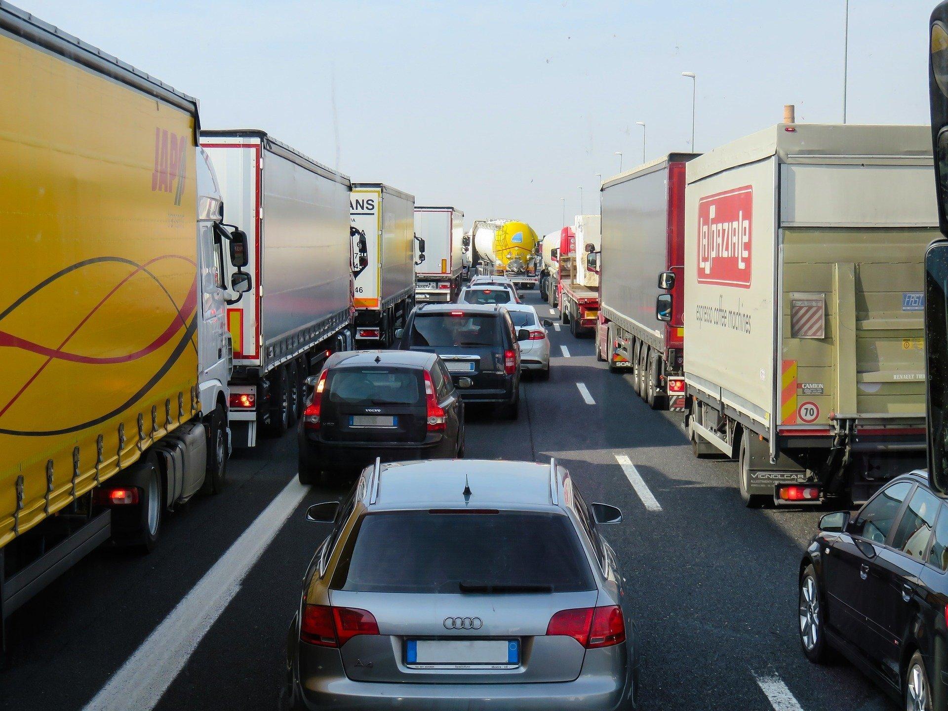 На границе с Россией образовалась очередь из грузовиков