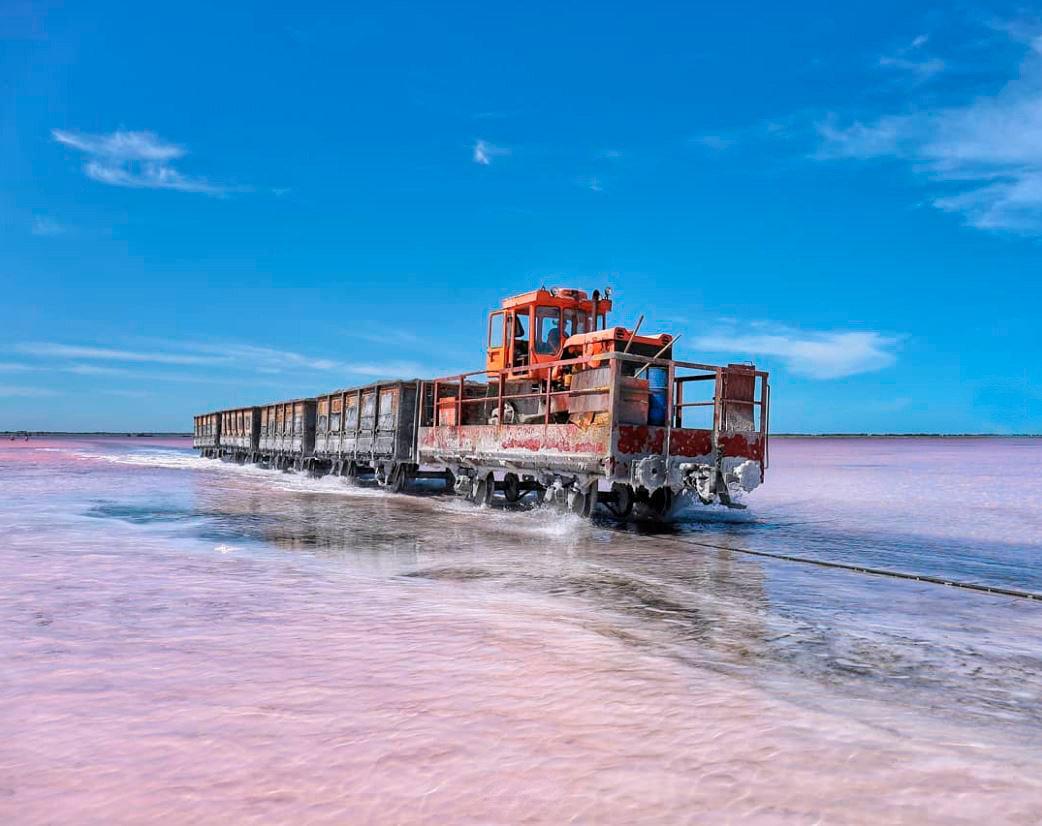 Розовое озеро, из которого добывают соль