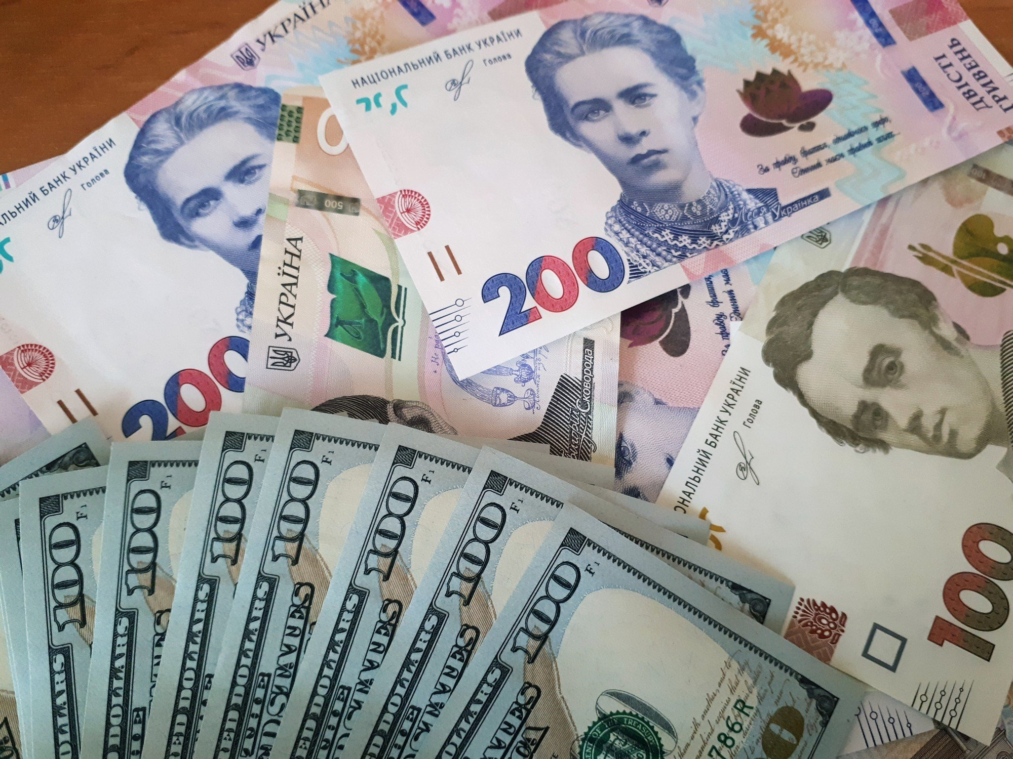 Гривна слабеет к основным валютам