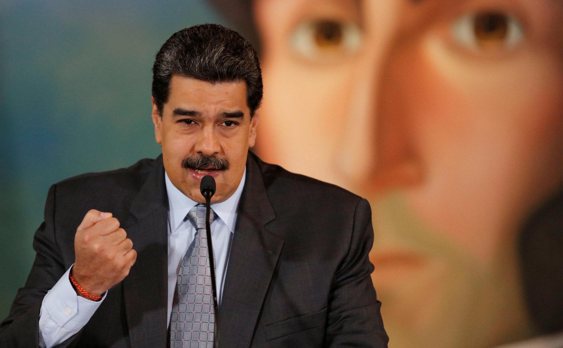 """Мадуро """"засветил"""" свой номер телефона в мессенджерах"""