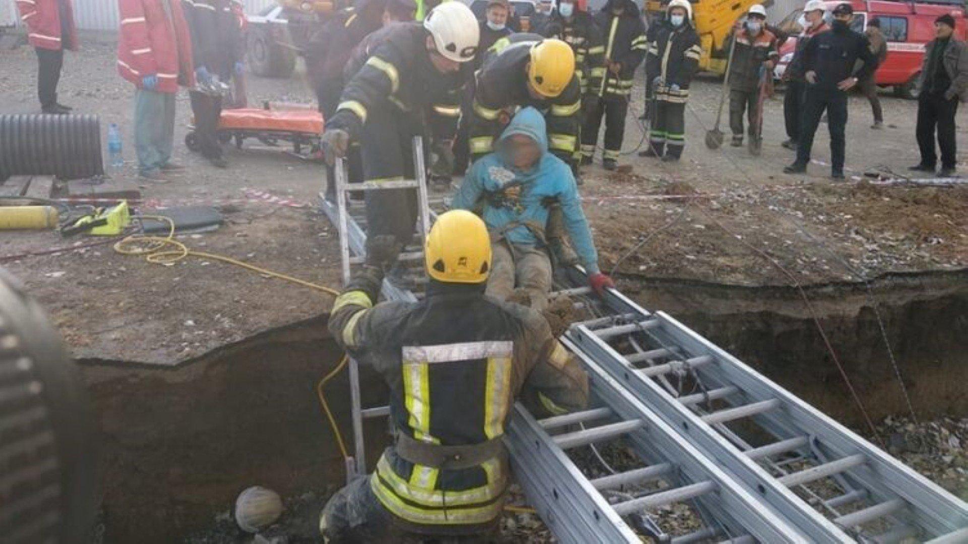 В Николаеве двоих рабочих спасали 4 часа