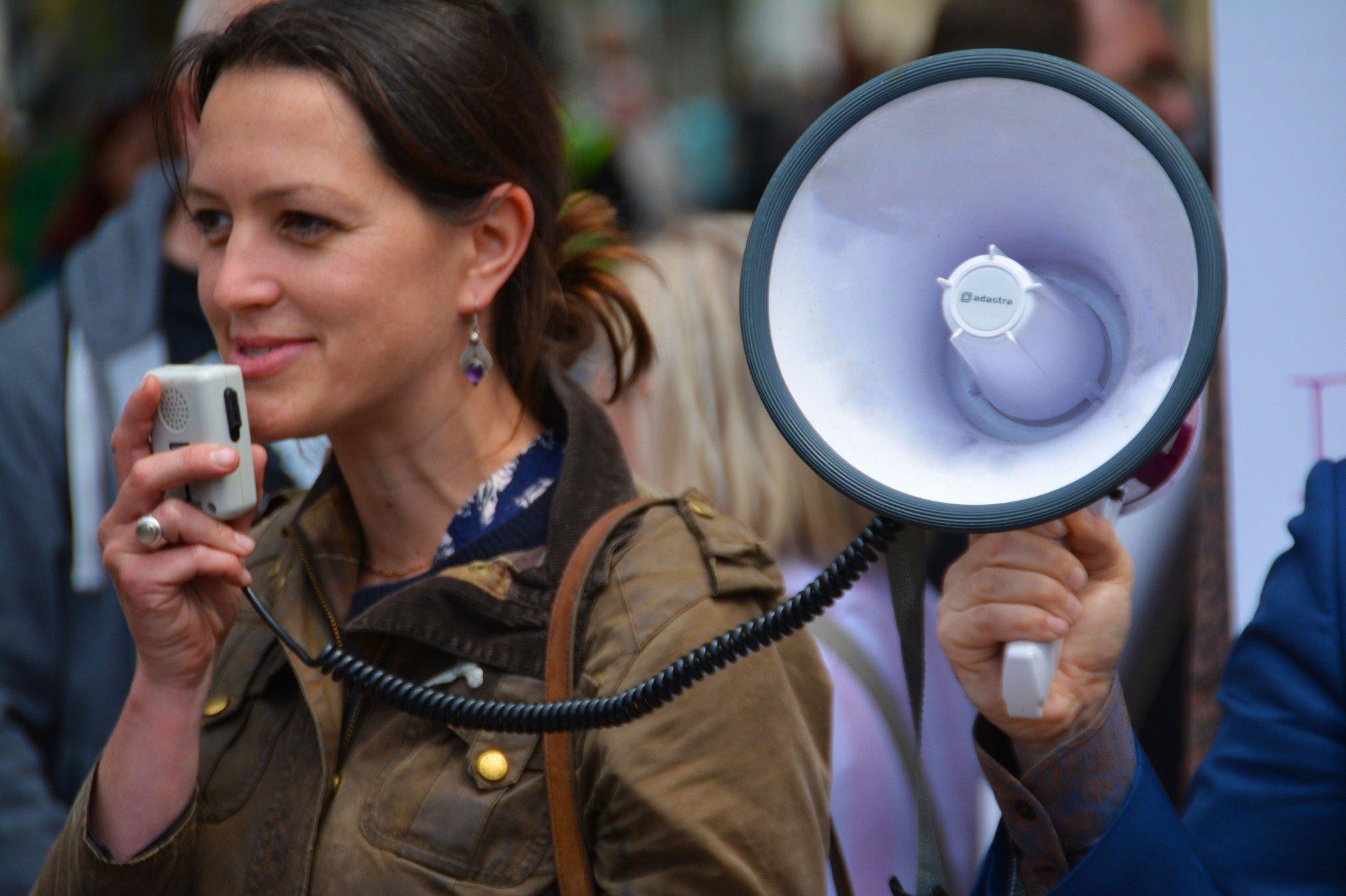 В Германии протестуют тысячи человек без масок