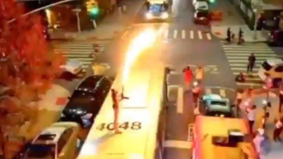 Репер c огнеметом забрался на крышу автобуса с пассажирами