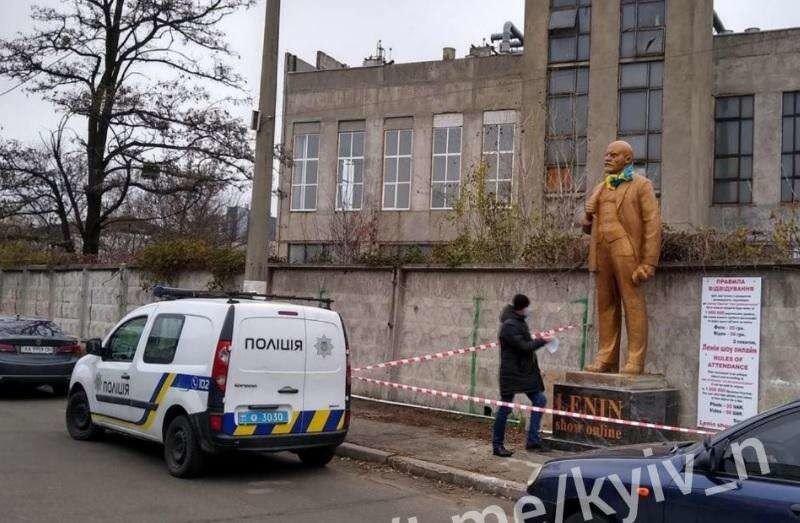 В Киеве установили памятник Ленину